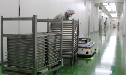 ホテルパンを台車に自動積付けする台車積載ロボット