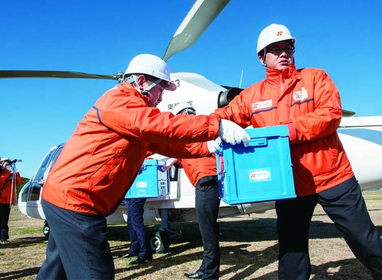ヘリコプターを使用した緊急物資の空輸訓練
