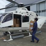 ヘリコプターに物資搭載